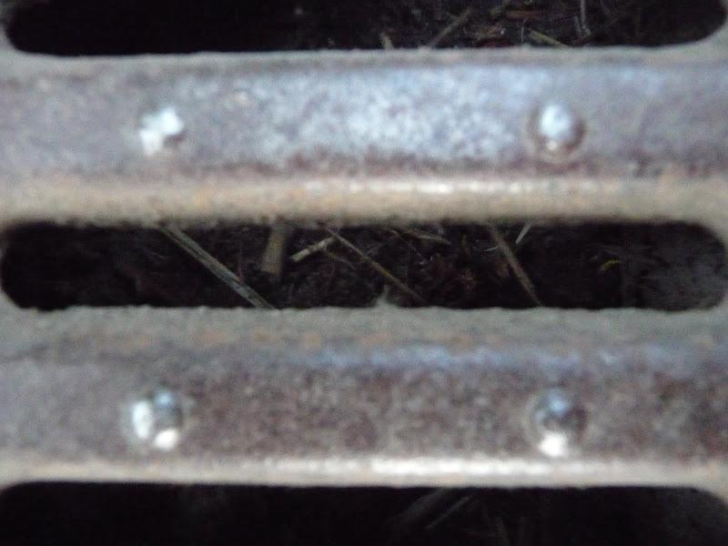 Rails dans le paysage... 2009_06_23__18_Rails_grille_sol_P1040924