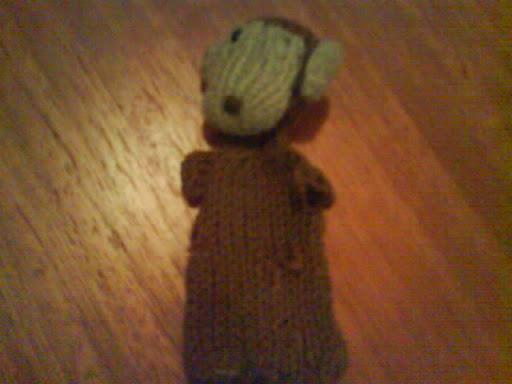 como - necesito saber si este mono esta hecho con 2 agujas o palillos.y como hacerlo Monito