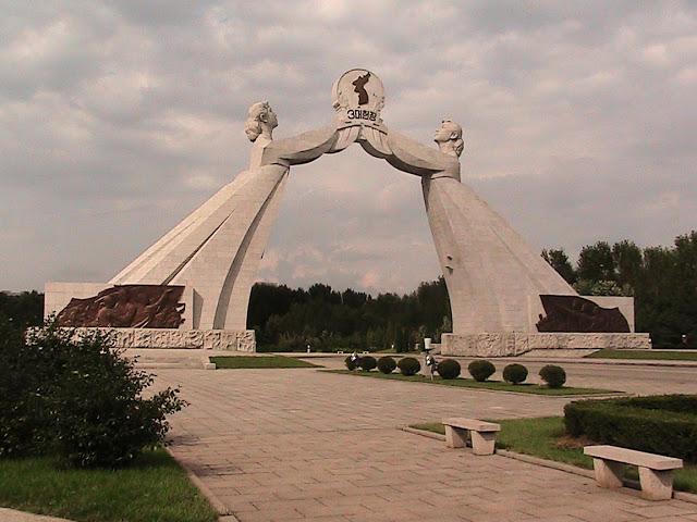 Fotos de las Crónicas de Un Viaje a Corea Monumento%20Tres%20Cartas%20Reunificacion