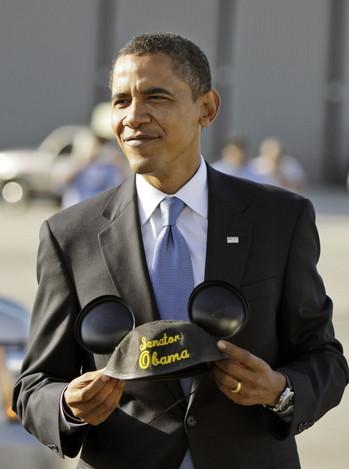 Les peoples, stars, célébrités en visite à Walt Disney World et Disneyland. Obama-mickey-ears