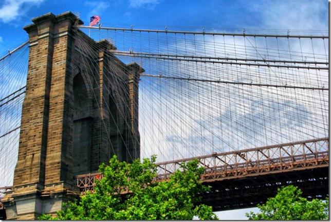 Самые большие и красивые мосты мира Brooklynbridgewithflag_3