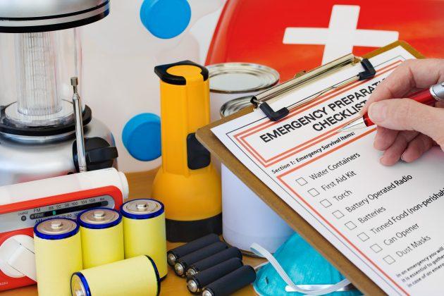 Тревожный чемоданчик: список вещей, которые должны быть у вас на случай войны Shutterstock_101441059-630x420