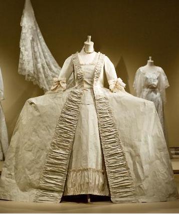 Robes du XVIIIe siècle Isabelle-court-dress