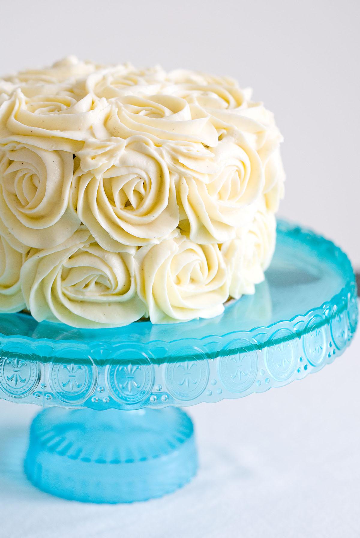 Faire des roses en deco sans crème au beurre Triple-layer-rose-cake-chocolat-vanille-2