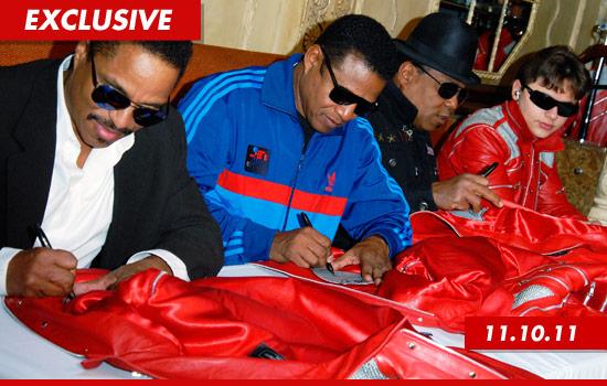 I fratelli Jackson lanciano J5, una marca d'abbigliamento - Pagina 2 1115-jacksons-signing-3-ex
