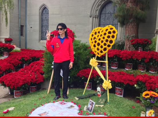 Oltre 13.000 rose per Michael al Forest Lawn 0625-michael-jackson-forest-lawn-1