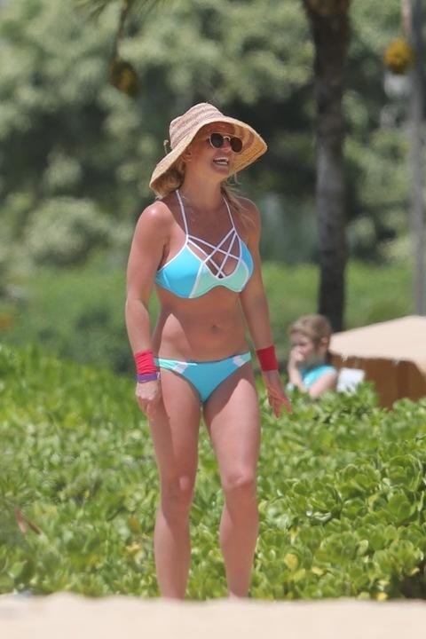 Britney Spears Britney-spears-bikini-beach-photos-33-480w-1