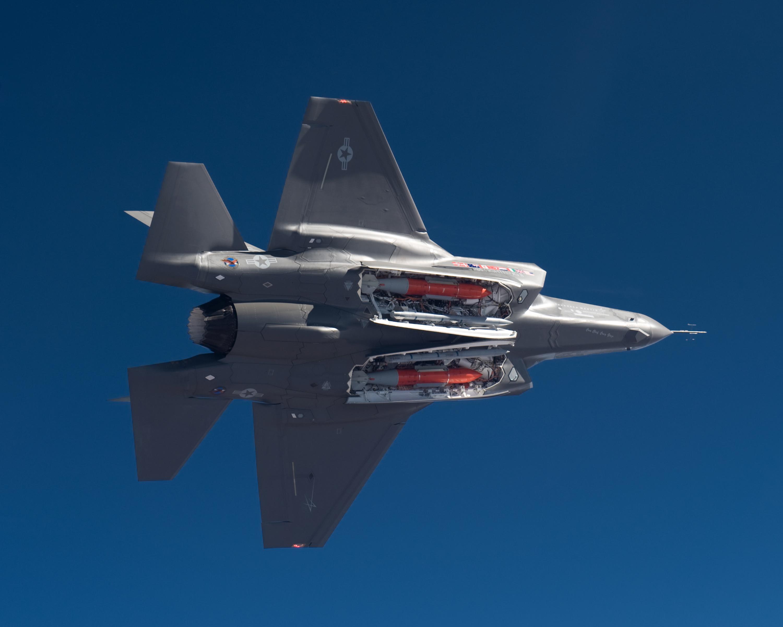أحسن 10 طائرات بالعالم  F-35-missiles1