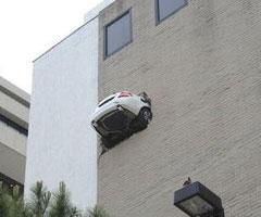 faut apprendre à conduire.... - Page 13 Accident-voiture-dans-un-parking-de-tulsa