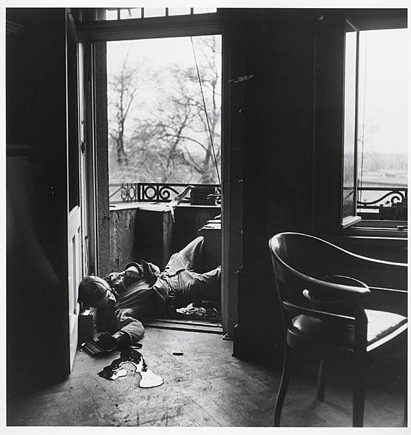 Fotos bélicas históricas, imagenes impactantes y para pensar. Robert-capa-soldado-americano-muerto-por-un-francotirador-aleman-1945