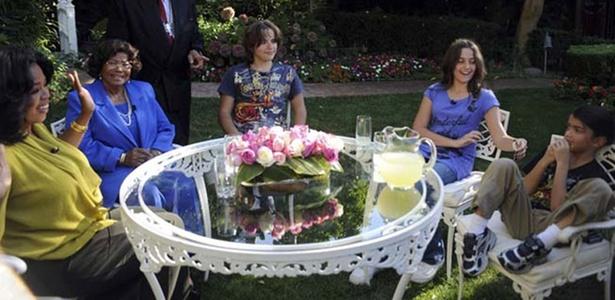 Filhos de Michael Jackson dizem que ele foi ... Oprah-winfrey-a-esq-entrevista-a-mae-de-michael-jackson-katherine-jackson-e-os-tres-filhos-do-cantor-prince-centro-paris-e-prince-michael-jackson-ii-a-dir-1289306013472_615x300
