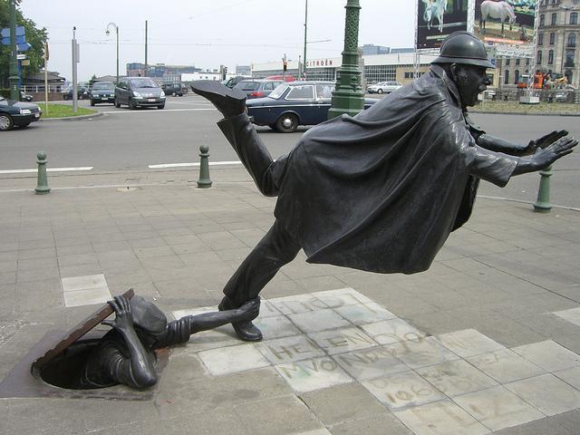 20 curiosas esculturas alrededor del mundo Vaartkapoen-una-estatua-un-policia-belga-trop-L-aTX_FP