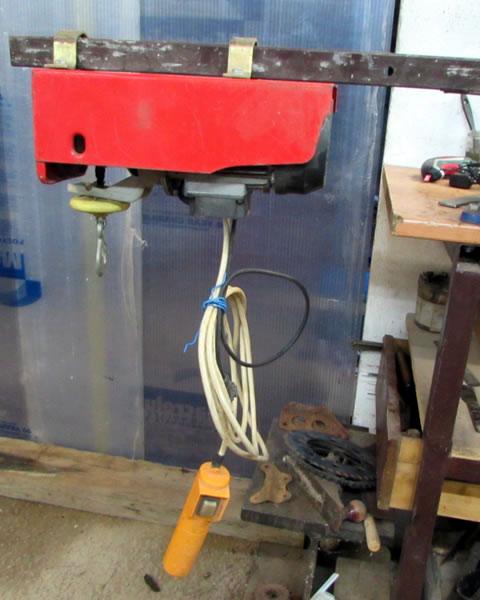 Une grue d'atelier pour motoculteur. 2953