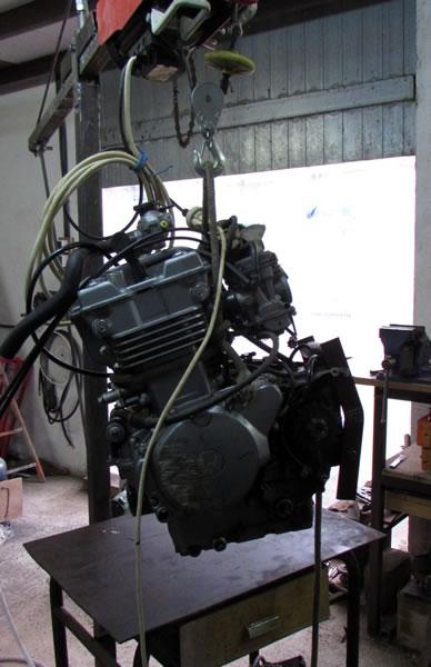 Une grue d'atelier pour motoculteur. 2957