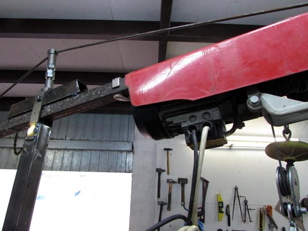 Une grue d'atelier pour motoculteur. 2963