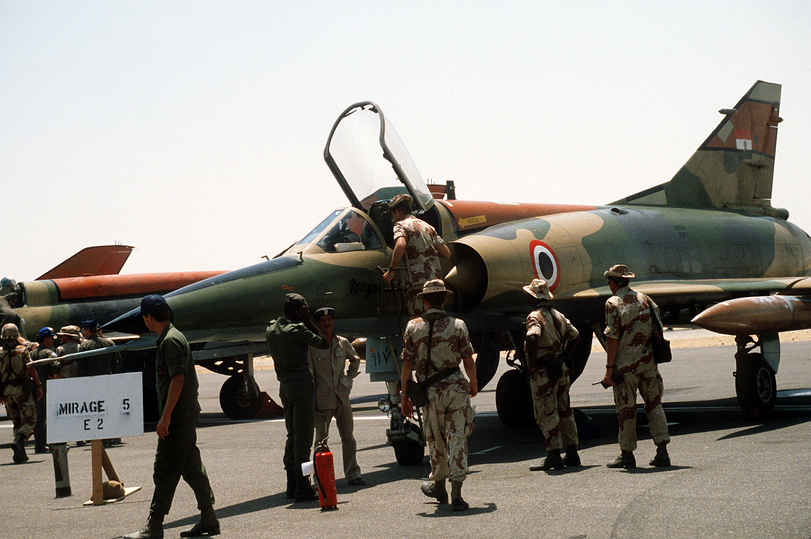 Armée Egyptienne/Egyptian Armed Forces Egyptian_mirage_5_at_cairo-west_1985