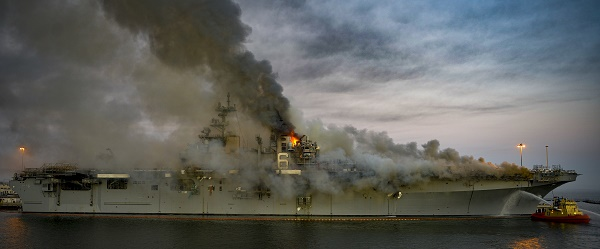 [Imagen: USSBonhommeRichard_LHD-6_incendiogranmag..._600px.jpg]