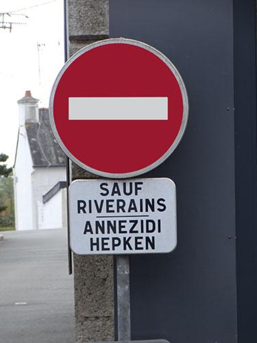 La langue bretonne et la signalisation routière Sauf-riverains