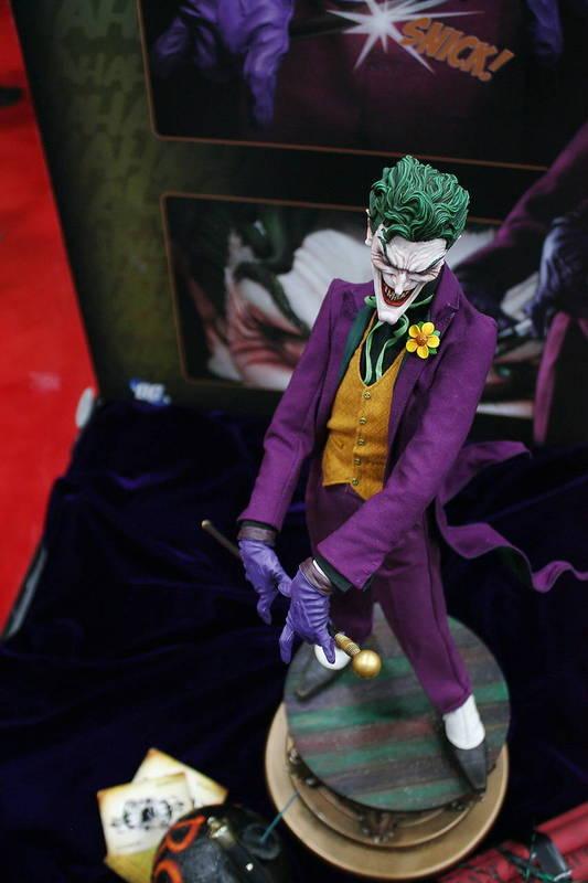 JOKER PREMIUM FORMAT Joker__premium_format_sideshow_comic_con__3_