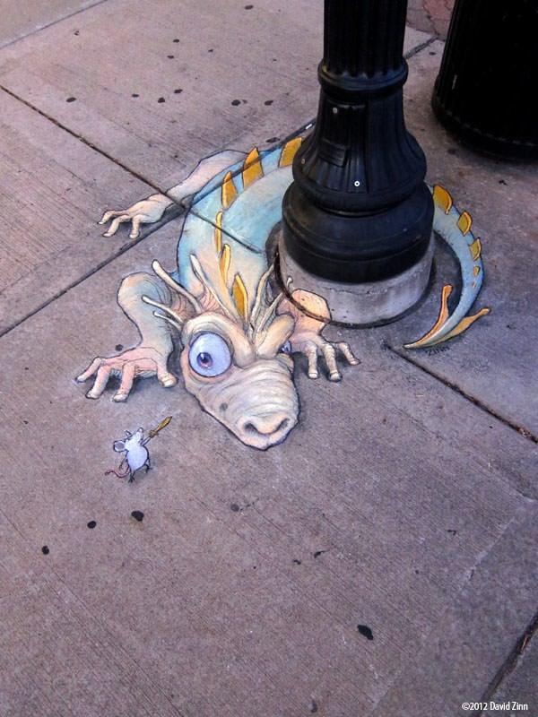 Beogradski grafiti i poruke komšijama A-funny-graffiti-chalk-drawing-by-David-Zinn-of-a-brave-mouse-waving-a-sword-at-a-beastly-dragon