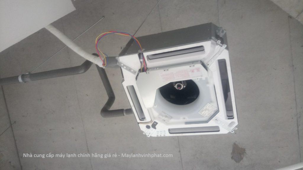 Chuyên phân phối Máy lạnh âm trần Inverter hiện có nổi tiếng của các hãng: DAIKIN, LG, PANASONIC, TOSHIBA 18-thi-c%C3%B4ng-m%C3%A1y-l%E1%BA%A1nh-t%E1%BA%A1i-huy%E1%BB%87n-nh%C3%A0-b%C3%A8-1024x576
