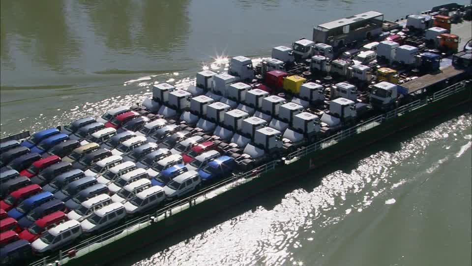 Stationnement gênant sur bateau 794999681-transporteur-de-voitures-bateau-visions-of-austria-danube-transport-maritime