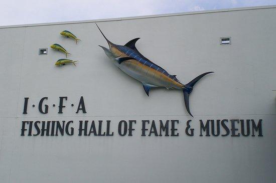 Mí Maestro de pesca Carlos Manuel Barrantes nombrado en el IGFA HALL OF FAME Outside-igfa-museum