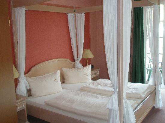 CLITUS vous salut Room-202-honeymoon-room