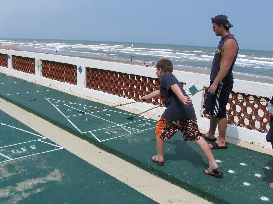 مدينة Ormond beach في ولاية فلــــــوريدا الامريكية Playing-shuffleboard