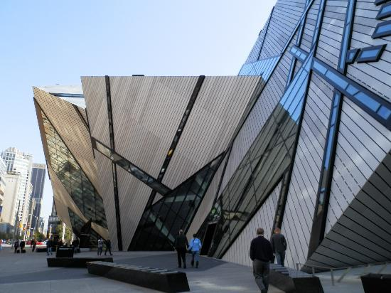 Kanada - Page 4 The-rom-building-outside