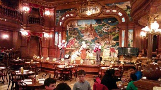 """[Nouveau spectacle] """"The Gold Rush Gang Follies"""" au restaurant Lucky Nugget Saloon (au parc Disneyland depuis le 14 mai 2016) Photo-de-la-scene"""