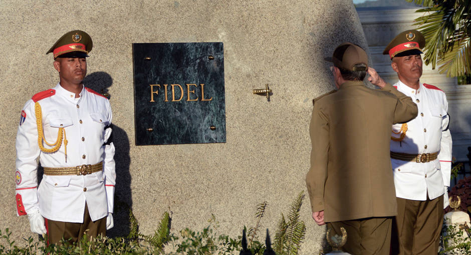 Muere Fidel Castro a los 90 años.  - Página 2 Ceremonia-inhumacion-fidel-castro-santa-ifigenia-cuba-foto-ain-ap-pres