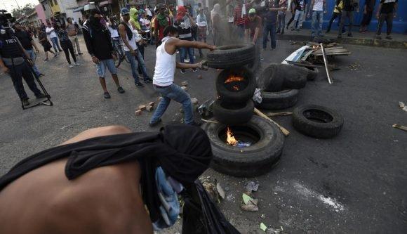 Maduro: Si algo me pasa, ¡retomen el poder y hagan una revolución más radical! - Página 8 Manifestante-AFP3-580x333