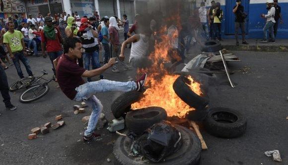 Maduro: Si algo me pasa, ¡retomen el poder y hagan una revolución más radical! - Página 8 Manifestantes-AFP-580x333