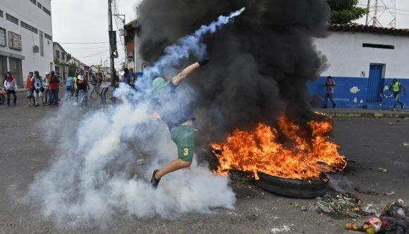 Maduro: Si algo me pasa, ¡retomen el poder y hagan una revolución más radical! - Página 8 Manifestantes-AFP2-580x333