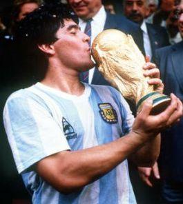 Partidos enteros historicos de selecciones o equipos - Página 2 Maradona%20con%20trofeo