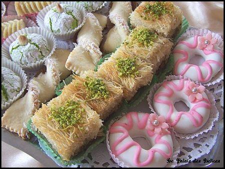 حلويات جزائرية  Assortiment-petits-gateaux-algeriens-the-L-3