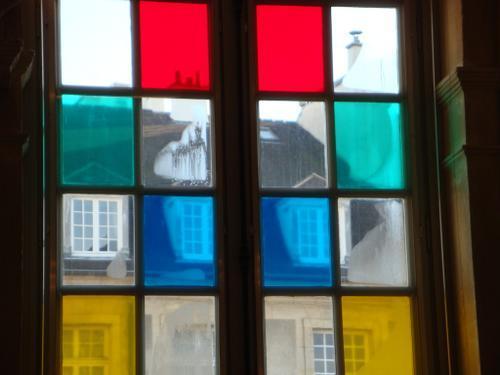 Prozori koji govore - Page 3 Fenetres-colorees-daniel-buren-musee-picasso--L-3