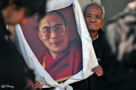 karmapa - Marche du Dalaï Lama/Lhassa s'enflamme, Pékin l'étouffe - Page 18 Manifestation-paris-repression-chinoise-tibet-L-6
