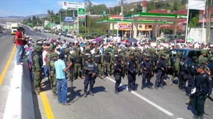 Guerrero - Soldados y policías impiden manifestación contra la inseguridad en Guerrero IMG_00000422-f-440x247