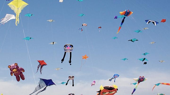 Diagrama spatiu-timp a Universului. Kite_flying_festiv_3390185b_92553400