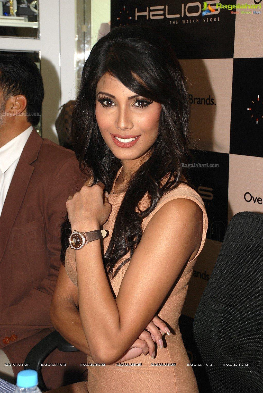 Official thread of MISS EARTH 2010 - Nicole Faria (India) - Page 4 Nicole-faria-launches-frederique-constant19