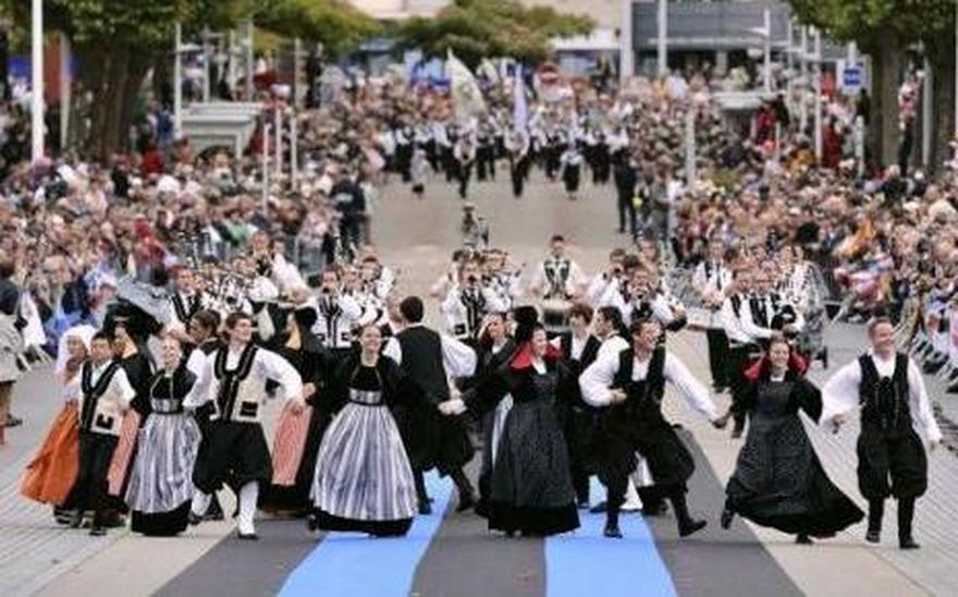 Bretagne : festival Interceltique 2017 7755474269_des-danseurs-en-costumes-bretons-traditionnels-lors-du-festival-interceltique-de-lorient-en-bretagne-le-5-aout-2012