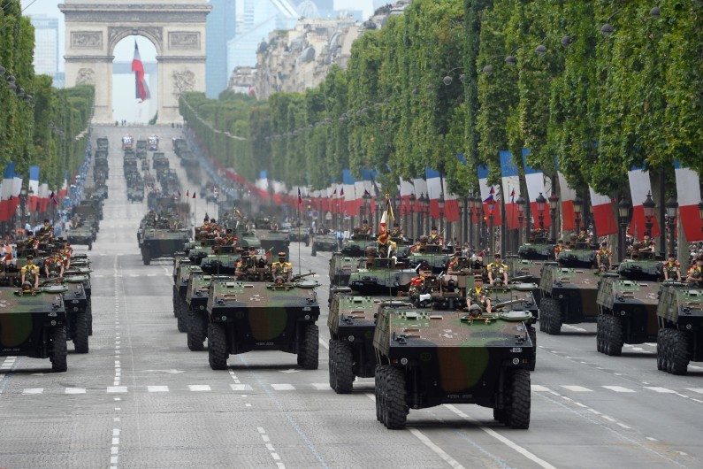 Le défilé du 14 juillet raccourci à cause de la mobilisation de l'armée face à la menace terroriste 7778899871_fete-nationale-des-chars-defilent-sur-les-champs-elysees-a-paris-lundi-14-juillet-2014