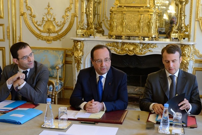 Qui est Emmanuel Macron ? 7785124614_benoit-hamon-et-emmanuel-macron-entourant-francois-hollande-le-31-octobre-2013-a-l-elysee