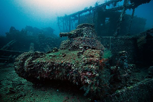 Top 25 des plus belles photos d'épaves de bateaux à travers le monde Japanese-light-tank-sits-on-the-deck-of-the-San-Fransisco-Maru.-It-was-a-cargo-ship-for-the-Imperial-navy-in-ww2.-Sunk-in-1944-during-Operation-Hailstone.-Located-off-the-coast-of-Micronesia._resultat