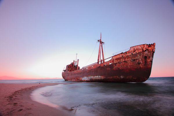 Top 25 des plus belles photos d'épaves de bateaux à travers le monde Lost-Ship-Gythio-Greece_resultat