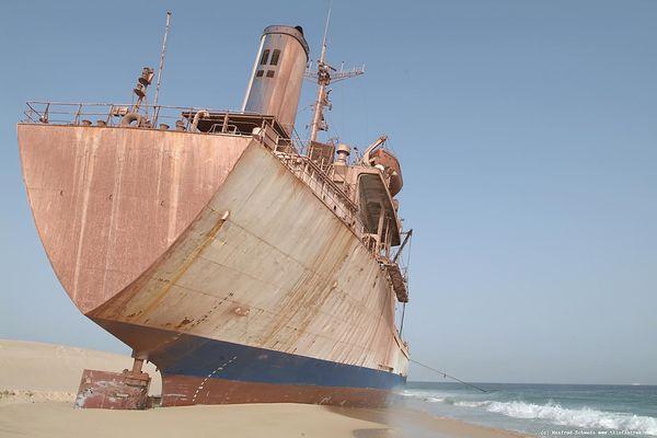 Top 25 des plus belles photos d'épaves de bateaux à travers le monde Stranded-ship-on-a-Mauritanian-beach_resultat