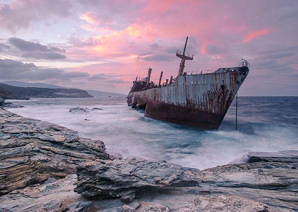 Top 25 des plus belles photos d'épaves de bateaux à travers le monde The-cargo-ship-Semiramis-at-the-coast-of-Andros-island-Greece_resultat