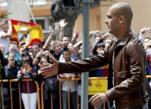 الجماهير تستقبل الفريق الكاتلوني بعد وصوله لفالنسيا لخوض نهائي الكأس ضد ريال مدريد Tumblr_ljyb5lHF2o1qd211c